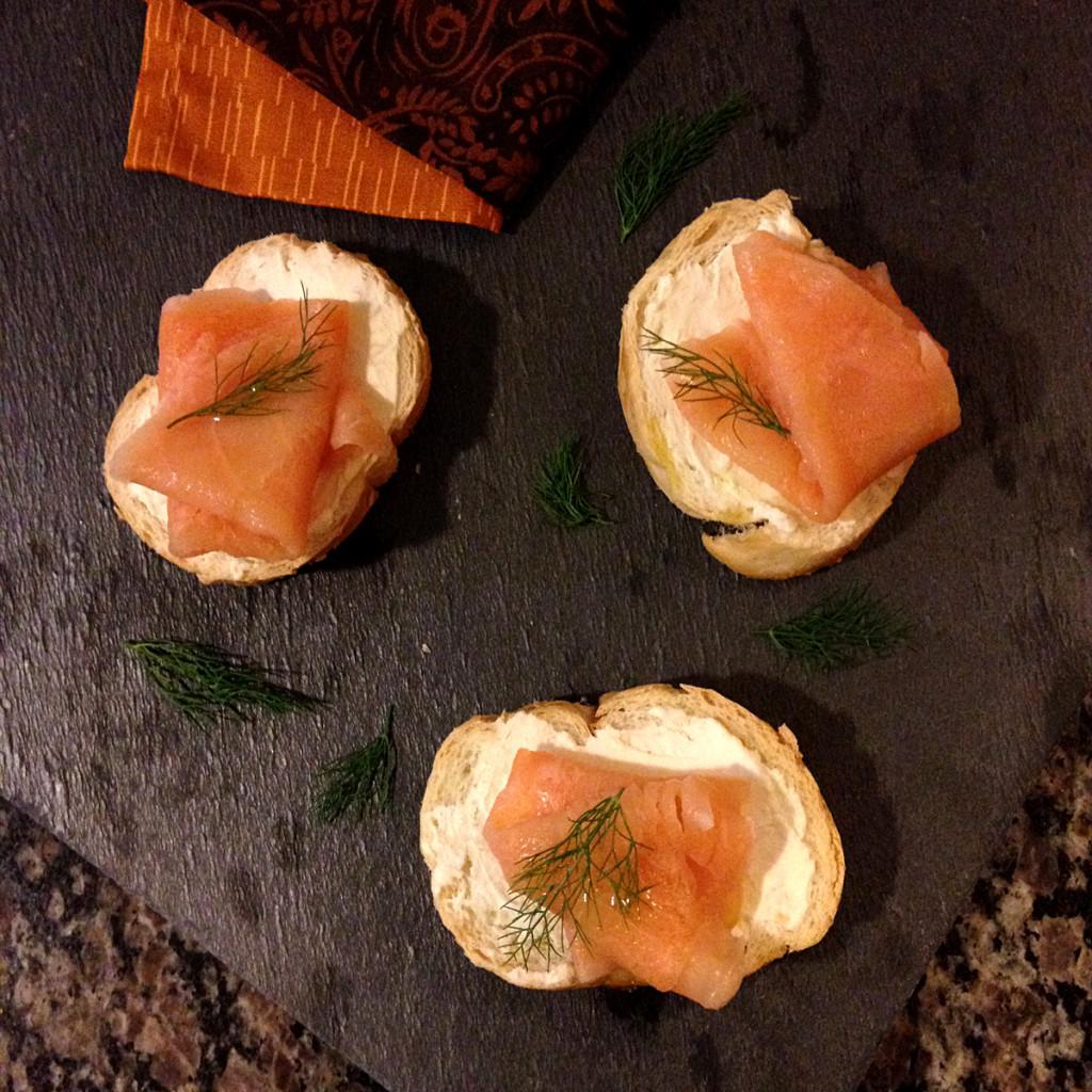 receita, gourmetice, montadito, jamón serrano, pesto, cream cheese, tomate, carpaccio de salmão, sour cream, endro