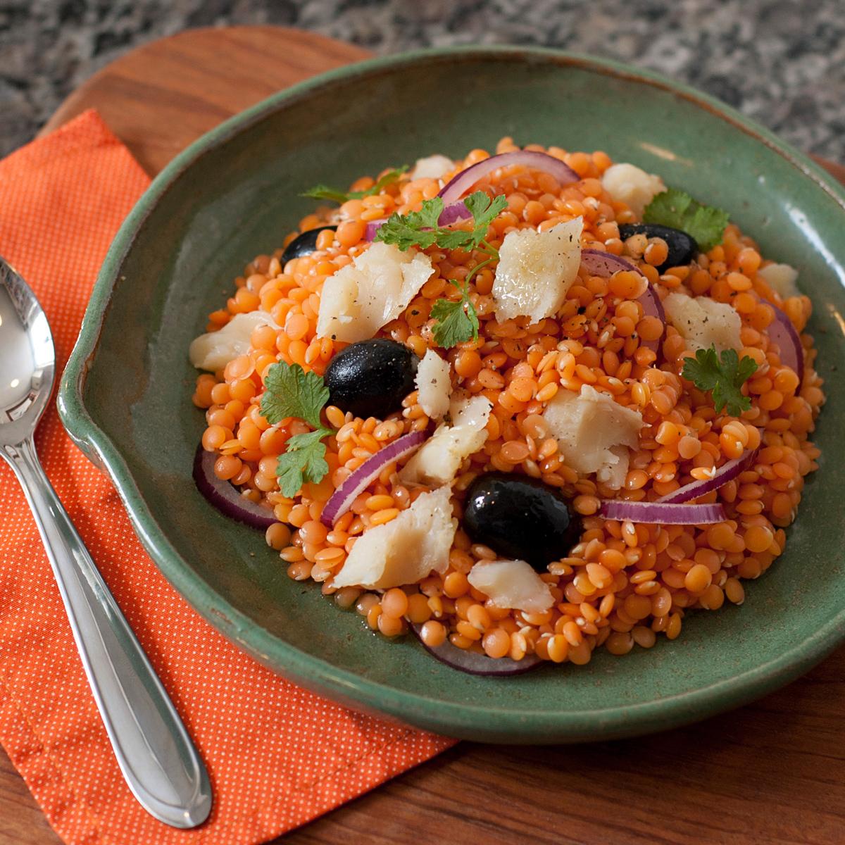 receita, gourmetice, salada, lentilha vermelha, bacalhau, cebola roxa, azeitona preta, salsinha, coentro