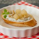 Crostini de Creme de Gorgonzola, Pêra Caramelizada e Nozes