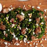 Salada de Verdes com Presunto de Parma, Ricota e Castanha com Molho de Balsâmico e Mel