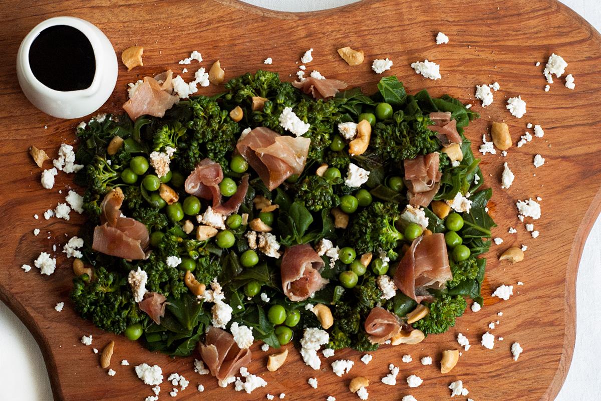 receita, gourmetice, salada, espinafre, brócolis, ervilha, presunto, parma, ricota, castanha de caju, vinagre balsâmico