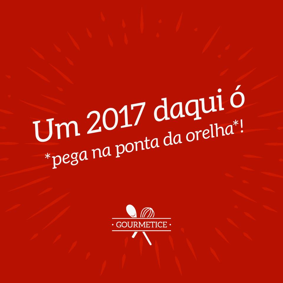 """#pracegover: Imagem com o texto """"Um 2017 daqui ó *pega na ponta da orelha*!"""" e o logo do Gourmetice, sobre fundo vermelho com fogos de artifício."""