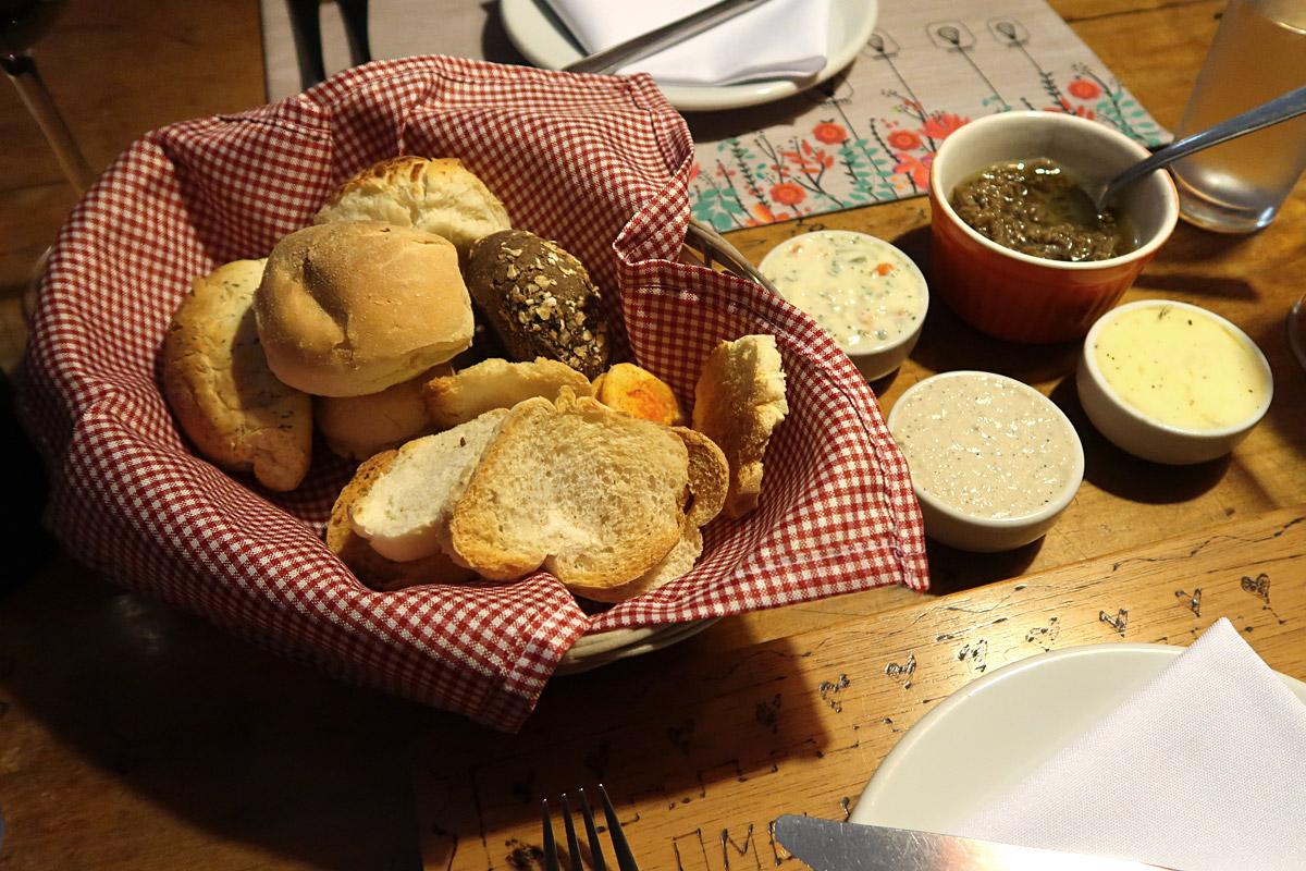 review, gourmetice, tutto riso risoteria, risoteria, porto alegre, poa, couvert, cesta, pães, caponata, berinjela, manteiga